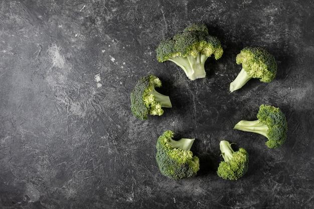 Brócolis fresco em um fundo escuro em cima da mesa