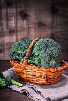 Brócolis fresco em uma cesta de vime marrom