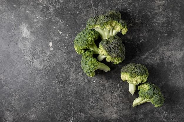 Brócolis fresco em uma mesa escura, conceito de vista superior