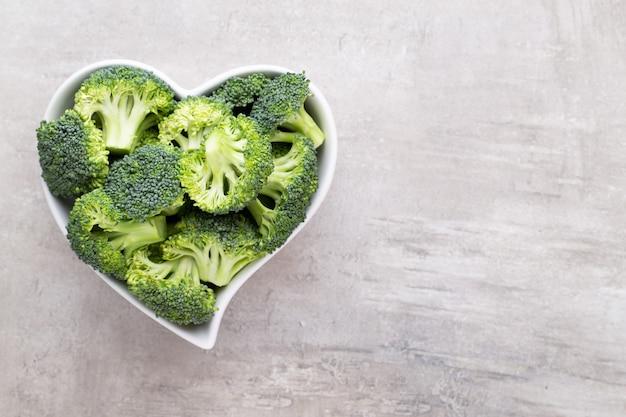 Brócolis fresco em uma tigela em forma de coração