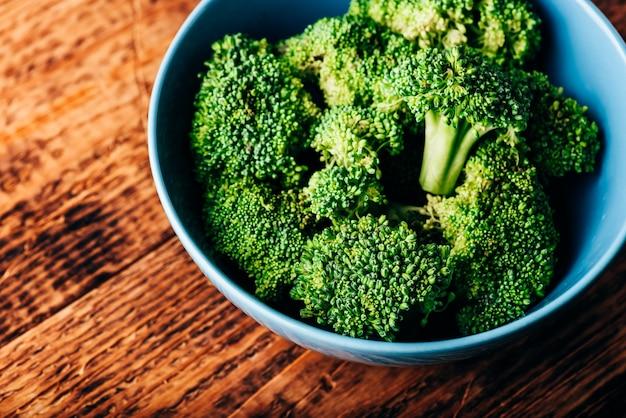 Brócolis fresco em uma tigela pronto para ser preparado para uma receita