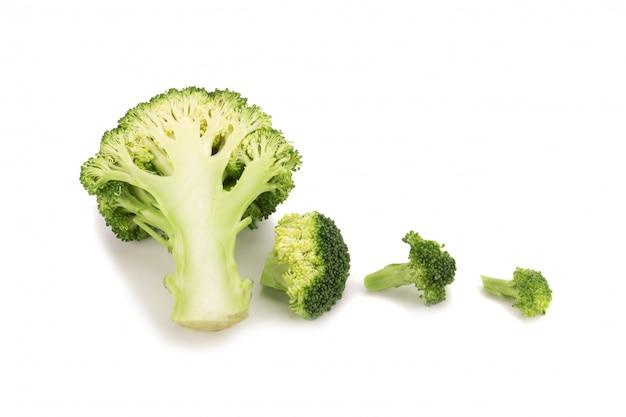 Brócolis fresco isolado no fundo branco