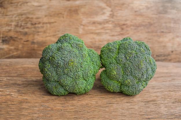Brócolis fresco na mesa de madeira