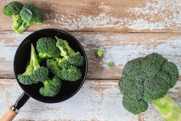 Brócolis fresco para cozinhar na mesa da cozinha