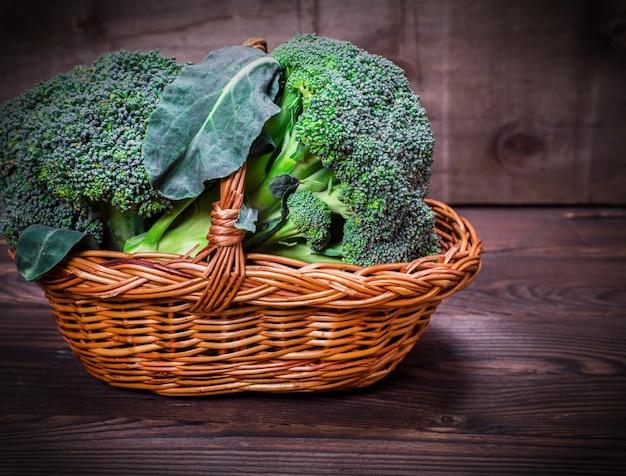 Brócolis fresco repolho em uma cesta de vime marrom