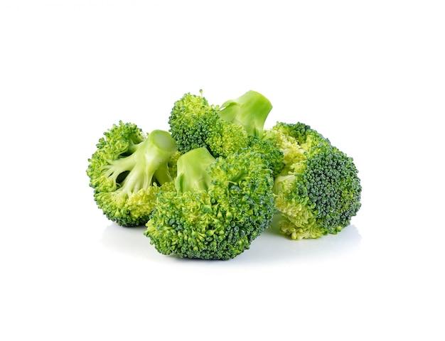 Brócolis isolado em um branco