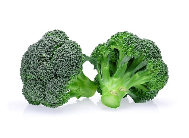Brócolis isolado no branco