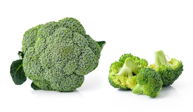 Brócolis isolado no fundo branco