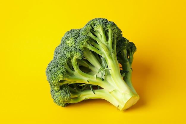 Brócolis na tabela amarela, fim acima. comida saudável