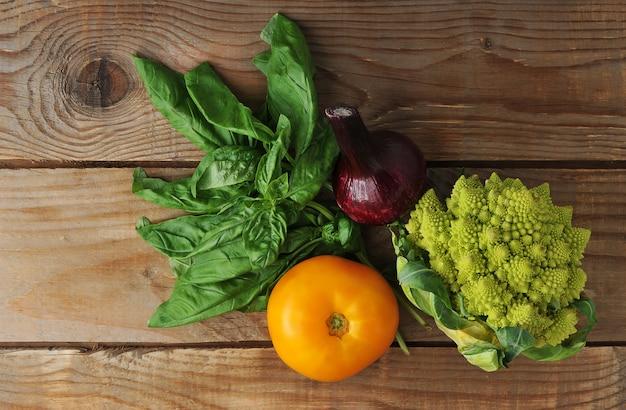 Brócolis romanesco, tomate, cebola, manjericão