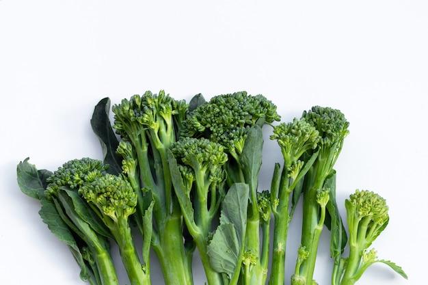 Brócolis verde bebê na superfície branca