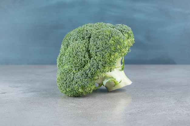 Brócolis verde fresco e saudável isolado em um fundo cinza. foto de alta qualidade