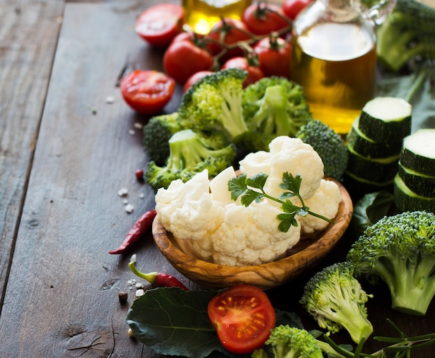 Brócolis verde fresco e vegetais na mesa de madeira