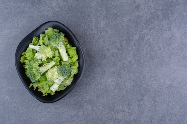 Brócolis verde fresco isolado na superfície azul
