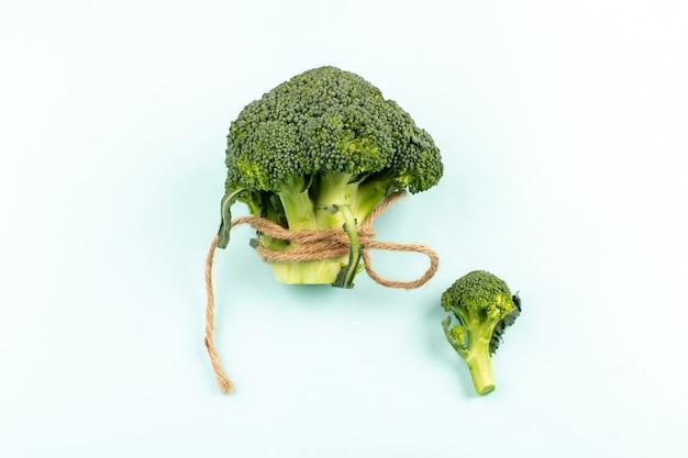 Brócolis verde vista superior, isolado na mesa branca