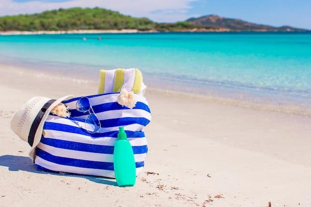 Bronzeador loção garrafas e estrelas do mar na praia