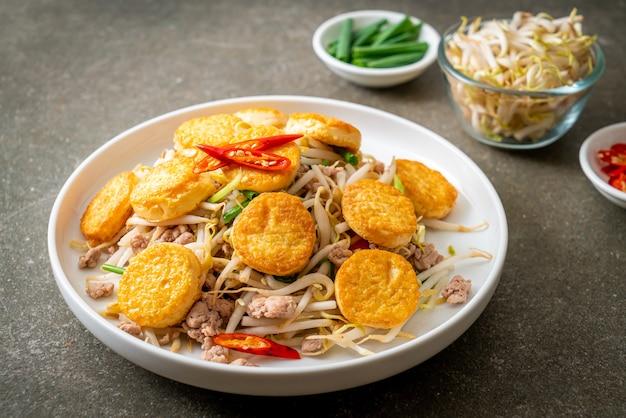Broto de feijão frito, tofu de ovo e carne de porco picada - comida asiática
