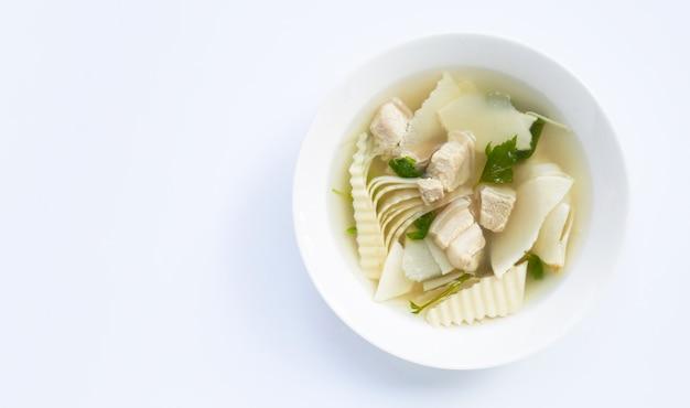 Brotos de bambu com sopa de carne de porco em branco