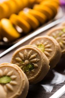 Brown and kesar pedha ou peda é um prato doce tradicional indiano feito de leite, mawa ou khoya e açafrão