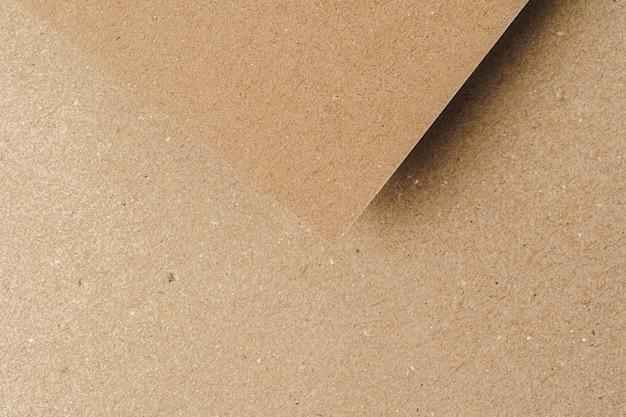 Brown reciclou as folhas de papel da caixa acima. conceito de negócios