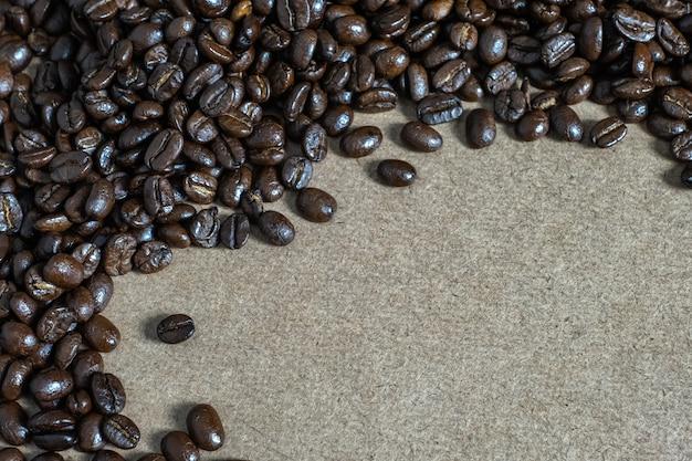 Brown torrado grãos de café, sementes em woodenbackground