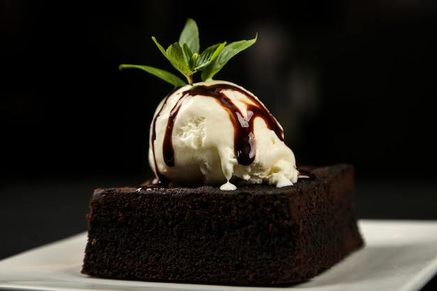 Brownie chocolate sorvete menta açúcar em pó vista lateral