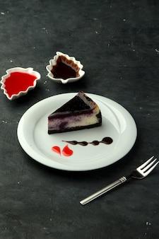 Brownie com mirtilo em cima da mesa