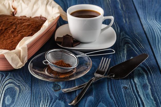 Brownie de chocolate caseiro na panela apenas do forno no fundo escuro de madeira