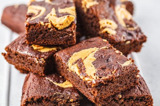 Brownie do vegetariano com manteiga de amendoim no fundo branco.