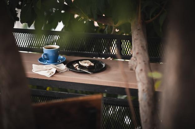 Brownie e café quente na barra de madeira