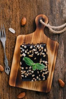 Brownie na mesa de madeira