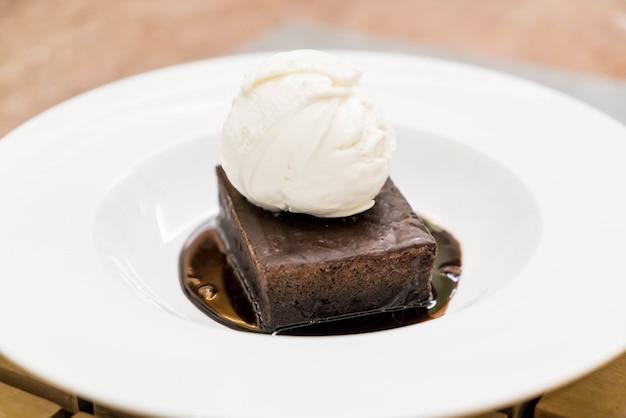 Brownie sundae com uma colher de sorvete de baunilha