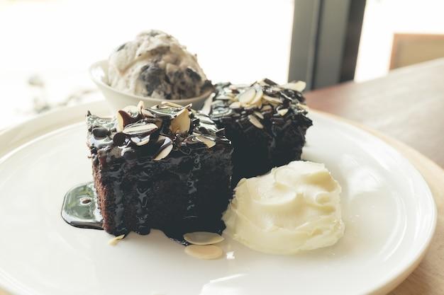 Brownies caseiros com sorvete de baunilha