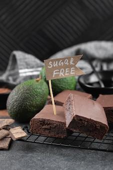 Brownies de abacate sem açúcar em alto ângulo