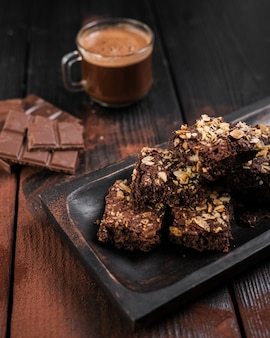 Brownies de alto ângulo com nozes e barras de chocolate
