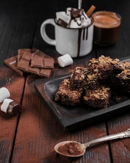 Brownies de alto ângulo com nozes e chocolate quente
