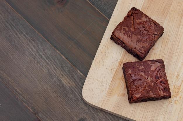 Brownies de bolo caseiro de chocolate na mesa de madeira