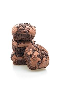 Brownies de chocolate amargo cobertos por gotas de chocolate isoladas no fundo branco
