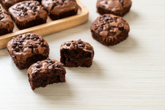 Brownies de chocolate amargo com gotas de chocolate por cima