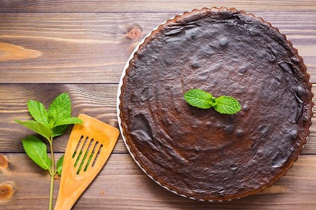 Brownies de chocolate caseiros com folhas de hortelã vista superior
