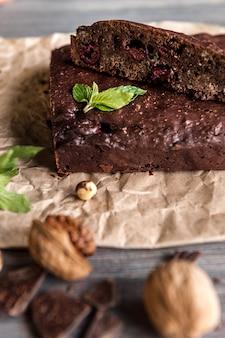 Brownies de chocolate caseiros na superfície escura.