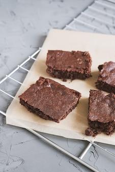 Brownies de chocolate caseiros servidos em papel e bandeja