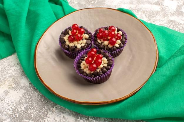 Brownies de chocolate com cranberries de vista frontal