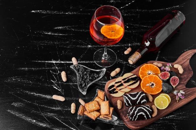 Brownies de chocolate com frutas cítricas e um copo de bebida.