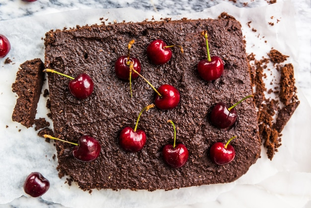 Brownies de chocolate duplo com cerejas