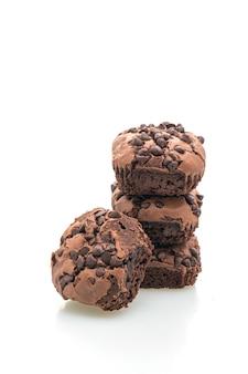 Brownies de chocolate escuros cobertos por gotas de chocolate isoladas no fundo branco
