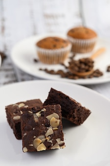 Brownies de chocolate num prato branco.