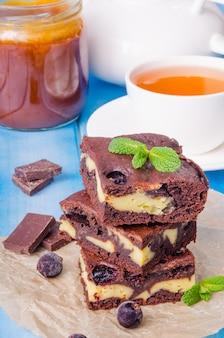Brownies de queijo com passas e molho de caramelo