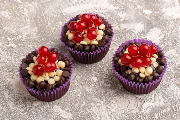 Brownies de vista frontal frontal com batatas fritas e cranberries na superfície clara