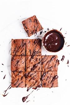 Brownies orgânicos caseiros do alimento do alimento na folha de cozimento com espaço da cópia